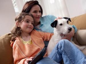 cachorro convivendo com crianças