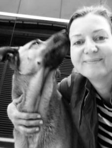 Aeromoça-adota-cão-que-a-esperava-na-porta-do-hotel